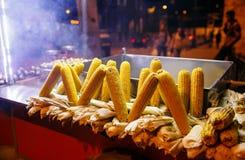 Tenda do alimento da rua com milho grelhado, Istambul Turquia foto de stock royalty free
