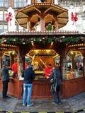 Tenda do alimento da rua no mercado do Natal imagens de stock royalty free