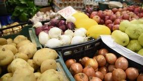 Tenda do mercado do alimento do ` dos fazendeiros com variedade de vegetal orgânico vídeos de arquivo