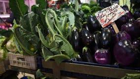 Tenda do mercado do alimento do ` dos fazendeiros com variedade de vegetal orgânico video estoque