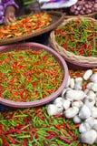 Tenda do mercado com chillis Fotografia de Stock