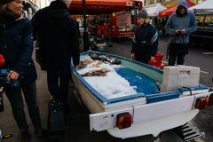 Tenda do mercado do vendedor de peixe no mercado da estrada de Chatsworth, Londres, Reino Unido Imagem de Stock