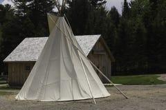 Tenda do nativo americano com um céu azul Fotos de Stock Royalty Free