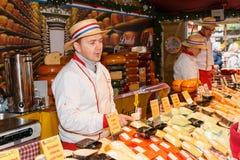 Tenda do queijo holandês no mercado de Manchester Chistmas Foto de Stock Royalty Free