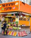 Tenda do suco de fruta na rua de Dizengoff, Tel Aviv, Israel Imagens de Stock