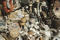 Tenda do Trinket que vende potenciômetros do chá, joia e todos os tipos de objetos do metal no mercado fotos de stock