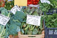 Tenda dos vegetais no mercado italiano Imagens de Stock