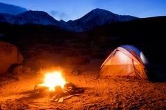 Tenda e fuoco di accampamento Fotografia Stock Libera da Diritti