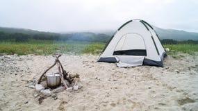 Tenda e fuoco di accampamento Immagine Stock Libera da Diritti