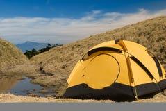 Tenda e piccolo lago Immagine Stock