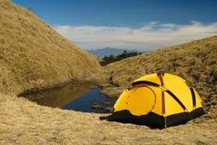 Tenda e piccolo lago Fotografia Stock