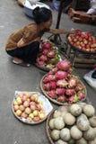 Tenda exótica do mercado de fruta, Vinh por muito tempo Foto de Stock Royalty Free