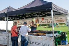 A tenda exterior com grande exposição engarrafou a cerveja inglesa inglesa do ofício imagens de stock royalty free