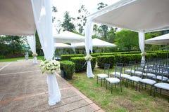 Tenda foranea di nozze con i mazzi Fotografia Stock Libera da Diritti