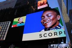 Tenda foranea infiammante con il tema dello zodiaco, Times Square, NYC, 2015 Immagini Stock Libere da Diritti