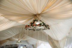 Tenda foranea per la celebrazione delle nozze Bello interiore bianco immagine stock libera da diritti