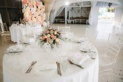 Tenda foranea per la celebrazione delle nozze Bello interiore bianco immagini stock