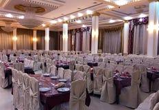 Tenda foranea per la celebrazione delle nozze Bello interno bianco con i drappi bianchi immagini stock