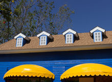 Tenda gialla e negozio di finestra blu fotografia stock