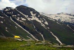 Tenda gialla sotto la montagna nevosa Fotografia Stock Libera da Diritti