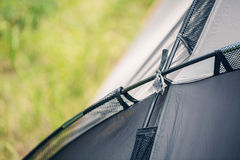 Tenda grigia della parte nella foresta di estate Fotografia Stock