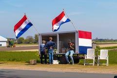 Tenda holandesa da flor que vende flores ao lado do campo da tulipa perto da vila de Lisse, Holanda Fotografia de Stock Royalty Free