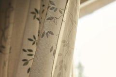 Tenda leggera accanto alla finestra Fotografia Stock