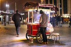 Tenda móvel das castanhas do vendedor ambulante em Taksim Istambul Imagens de Stock