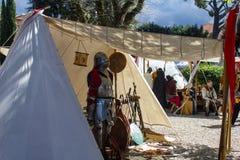 Tenda medievale di rimessa in vigore appesa con l'armatura fuori Immagini Stock Libere da Diritti