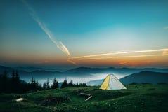 Tenda in montagne Alba in montagne fotografie stock