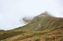 Tenda in montagne nebbiose Fotografia Stock