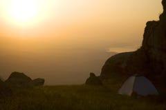 Tenda nelle montagne fotografie stock libere da diritti