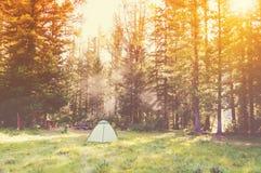 tenda nelle montagne in una foresta Fotografia Stock Libera da Diritti