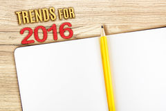 Tenda per 2016 anni con il taccuino aperto sulla tavola di legno, derisione su Fotografia Stock Libera da Diritti