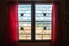 Tenda rosa sulla finestra immagine stock libera da diritti