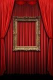 Tenda rossa con il blocco per grafici dell'oro dell'annata immagine stock