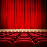 Tenda rossa del teatro in scena con i sedili rossi del velluto Fotografie Stock