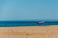 Tenda sola sulla spiaggia vuota Fotografie Stock