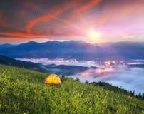 Tenda sopra il villaggio di Verkhovyna Fotografie Stock