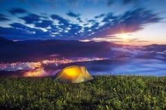 Tenda sopra il villaggio di Verkhovyna Fotografia Stock
