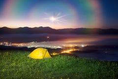 Tenda sopra il villaggio di Verkhovyna Immagine Stock