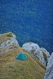 Tenda sul bordo della scogliera della montagna in sera Fotografia Stock Libera da Diritti