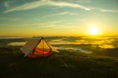 Tenda sulla cima di una montagna con l'alba Fotografie Stock Libere da Diritti