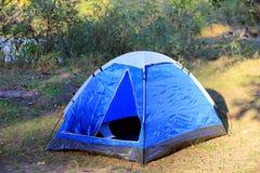 Tenda turistica blu sul prato Fotografia Stock Libera da Diritti