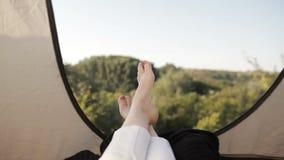 Tenda turistica dentro con i piedi del ` s delle donne archivi video