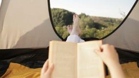 Tenda turistica dentro con i piedi del ` s delle donne stock footage