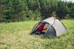 Tenda turistica grigia nella foresta di estate Fotografia Stock
