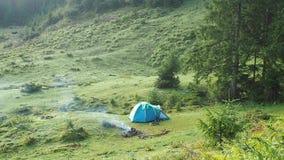 Tenda turistica in montagne di Carpathians ad estate Molto possibilità remota Paesaggio ucraino della natura Hillside ha coperto  archivi video