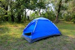 Tenda turistica nel campo della foresta Immagini Stock Libere da Diritti