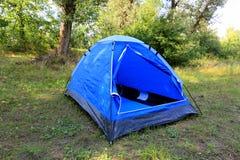 Tenda turistica sul prato di estate Fotografia Stock Libera da Diritti